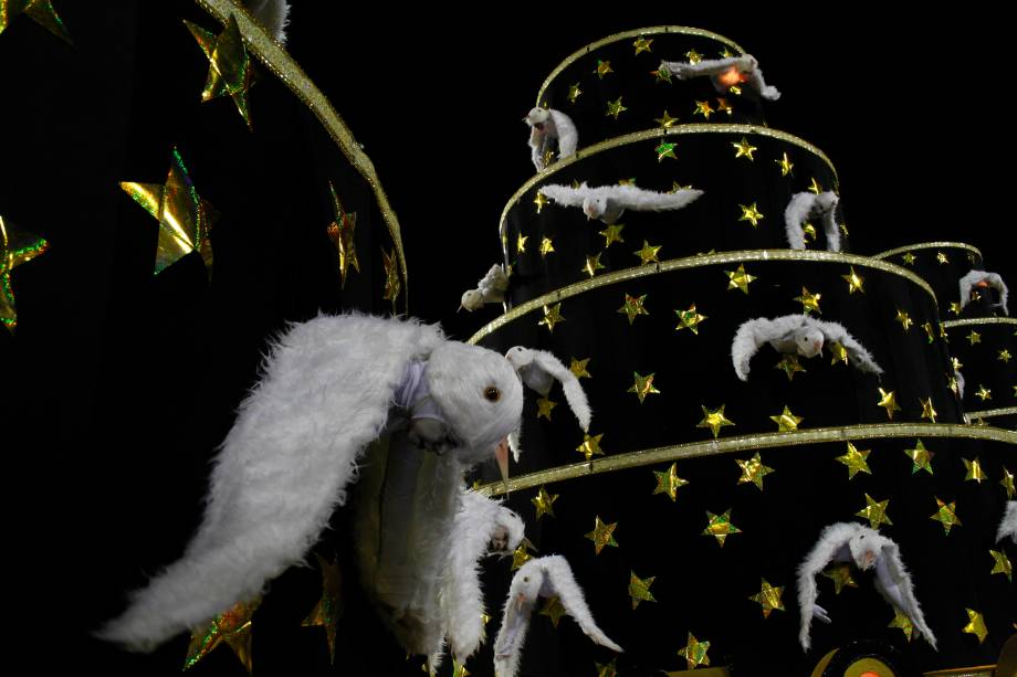 Carro Asa Branca, último a desfilar, trouxe foliões fantasiados de pássaro em uma homenagem à música de Luiz Gonzaga<br>