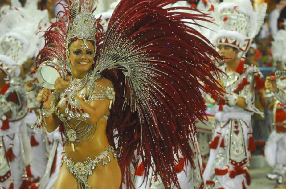 No desfile de 2009, a rainha de bateria do Salgueiro se integrou totalmente aos ritmistas e atravessou a pista tocando tamborim, para delírio da plateia. No mesmo ano, estampou as páginas da revista Sexy e lançou um DVD em que aparece, entre outras cenas<br>