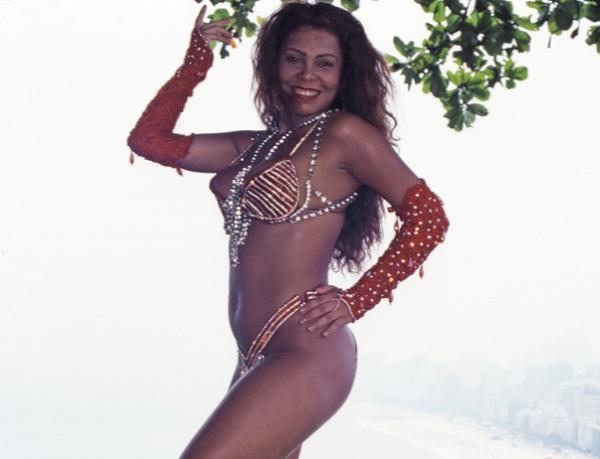 A bela mulata virou o símbolo da Estácio de Sá, campeã em 1992 com um enredo em homenagem ao modernismo. Protagonista de uma das cenas mais antológicas do Carnaval carioca, ela sambou com tanta garra que feriu o pé no começo do desfile. Mesmo sangrando, a<br>