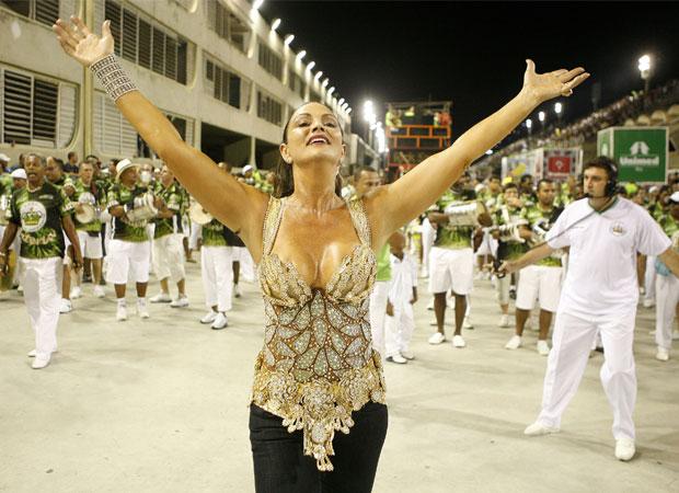 Com um belíssimo resplendor de penas brancas, a modelo, que faz o estilo rainha cheia de classe, levantou as arquibancadas ao passar à frente dos ritmistas da Imperatriz no espetáculo de 2009. Ela comemorou o aniversário e 25 anos de Carnaval carioca na a<br>