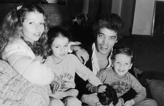 Em 1980, o cantor em foto ao lado da mulher, Rose, e dos filhos Gabriela e Júnior<br>