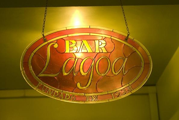 Aberto nos anos 30, manteve o ambiente art déco conservado, e hoje o bar é tombado por decreto municipal<br>