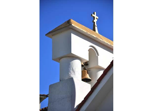 E reproduz com fidelidade a arquitetura de templos ortodoxos eslavos<br>