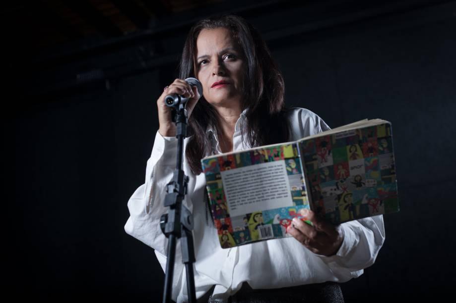 Denise Milfont estrela Amor: performance baseada no livro homônimo de André Sant'Anna