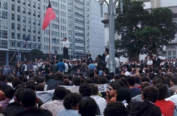 Em 1968, os cariocas foram para a rua protestar contra a ditadura militar. Instaurado pelo golpe de 1964, o regime estava cada vez mais rigoroso, com censura e prisões se espalhando pelo país<br>