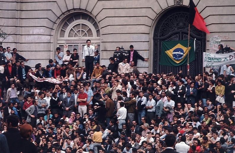 O protesto reuniu milhares de pessoas na Avenida Presidente Vargas, incluindo artistas como Chico Buarque, Caetano Veloso e Gilberto Gil<br>