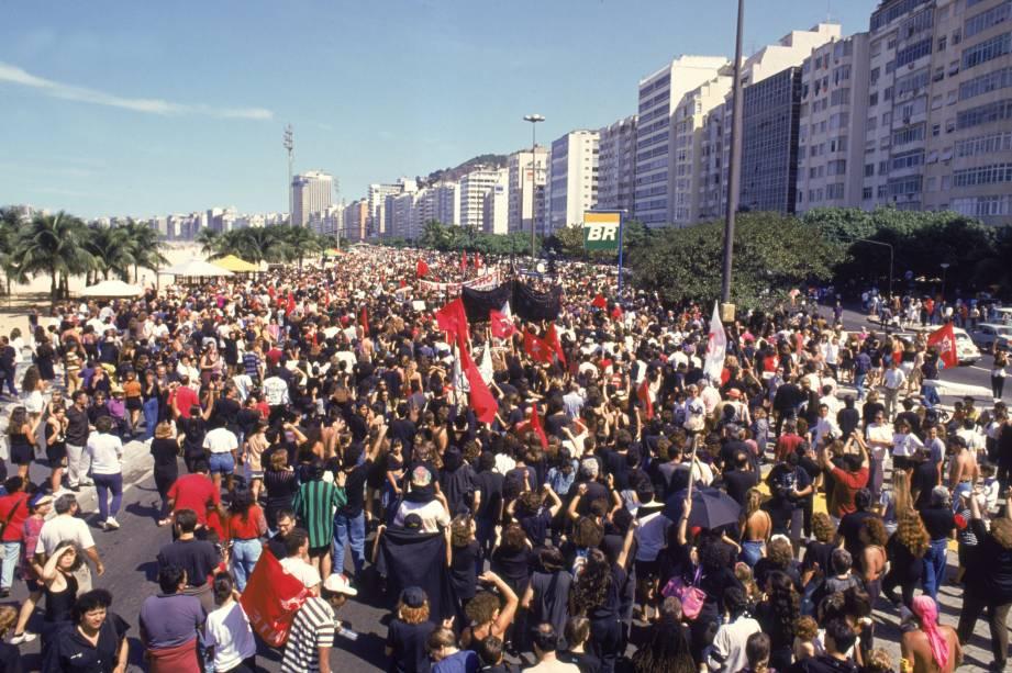 Em 1989, pela primeira vez em 29 anos, o país teve sua primeira eleição democrática para presidente. Mas o governo do presidente eleito, Fernando Collor de Mello, foi um balde de água fria para a população. No ano de 1992, o povo rebelou-se após denúncias<br>
