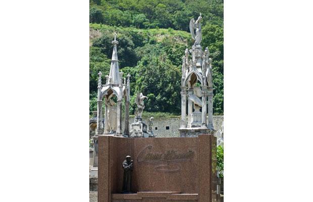 Uma imagem de Santo Antônio ornamenta o túmulo pequena notável<br>