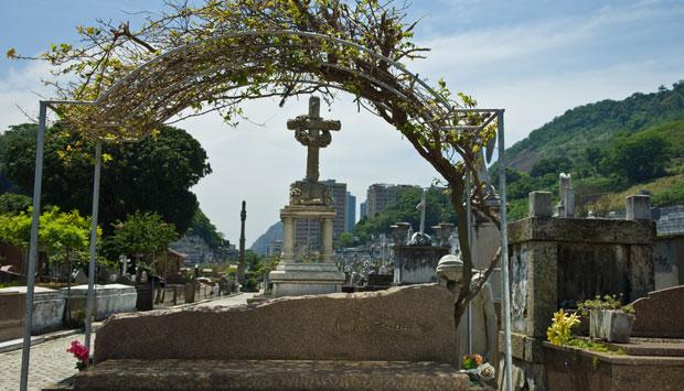 A simplicidade da sepultura do cantor, morto em 1990<br>