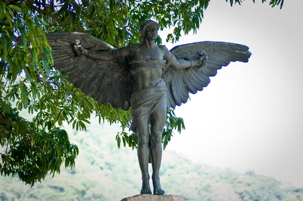A escultura de Ícaro, personagem da mitologia grega, enfeita o sepulcro do pai da aviação<br>