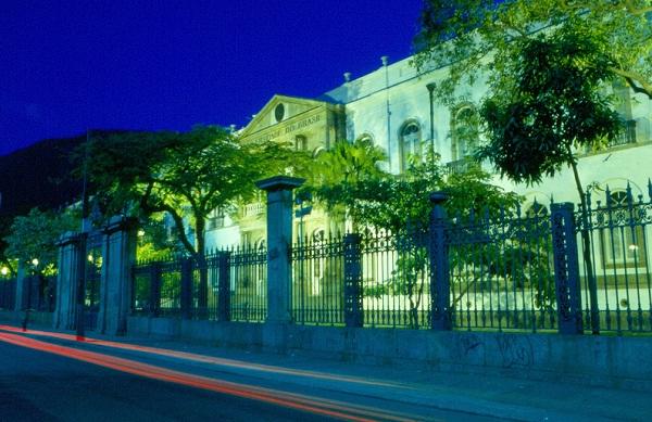 O local hoje frequentado por alunos e professores da Universidade Federal do Rio de Janeiro, campus Praia Vermelha, era antes um hospício (Hospital Geral dos Alienados). Ao entrar na faculdade, todo calouro toma conhecimento de que fantasmas vagam pelos c<br>