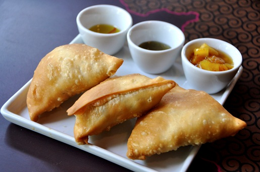 Serve o saboroso samosa, pastelzinho indiano feito com batata, ervilha e especiarias<br>