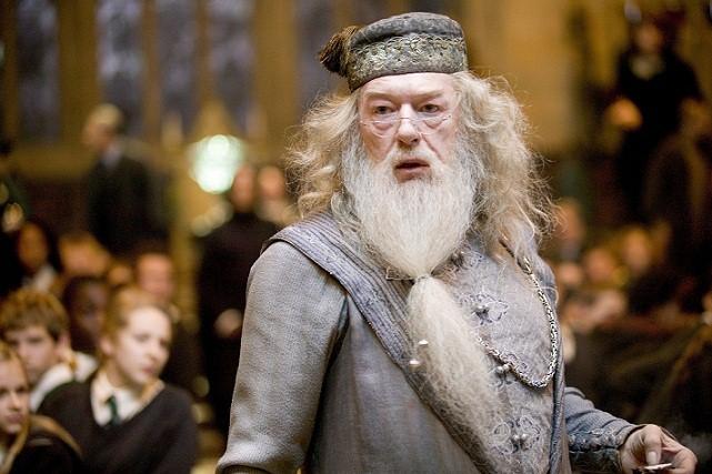 O aclamado diretor de Hogwarts, a escola de magia e bruxaria da saga Harry Potter, tem como algumas de suas maiores qualidades a sabedoria e o senso de justiça. Nas adaptações dos livros de J. K. Rowling para o cinema, o personagem é interpretado nos prim<br>