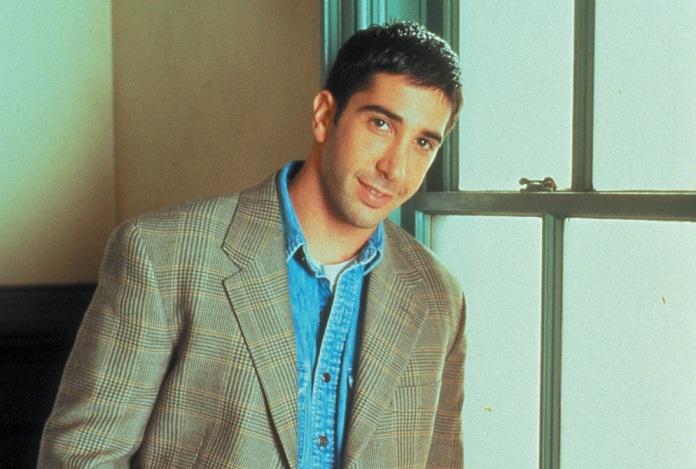No seriado Friends, o personagem interpretado por David Schwimmer era paleontólogo e dava aulas na NYU, faculdade de Nova York. No seu primeiro dia de aula, ficou tão nervoso que fingiu ser britânico, com sotaque e tudo. A série, que marcou época, teve se<br>