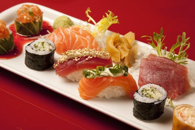 O prato principal promocional do restaurante vem com 15 peças: dois sashimis de atum, dois sashimis de salmão, um sushi de salmão com maionese e cebolinha, um sushi de atum com maionese e gergelim branco, e dois laos rolls<br>