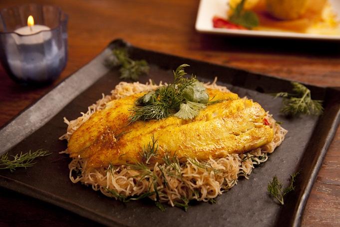 Peixe no vapor com tempero vietnamita, servido com macarrão de arroz: opção de prato principal<br>