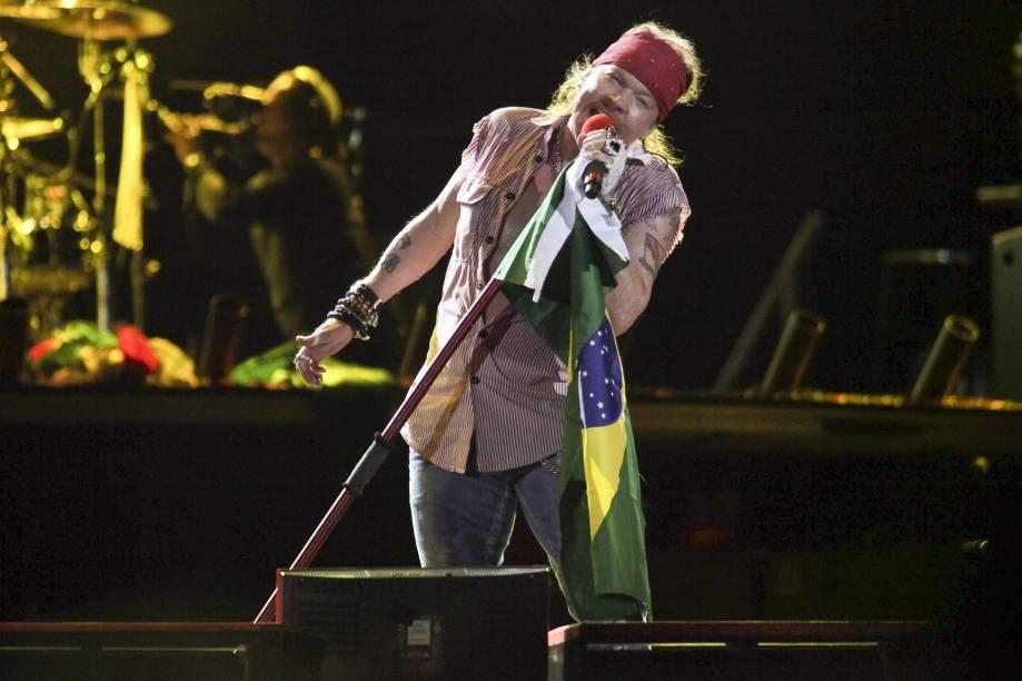 Axl Rose com a bandeira do Brasil em 2010, no show que aconteceu na Apoteose<br>