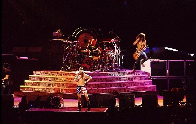 Show do Guns NRoses. O vocalista Axl Rose usava uma bermuda estampada com a bandeira dos Estados Unidos. Qual será o modelito no Rock in Rio deste ano?<br>