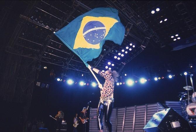 Klaus Meine, vocalista do Scorpions, com a bandeira do Brasil<br>