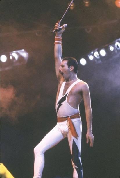 Fred Mercury. vocalista do Queen, regeu a plateia como um maestro ao cantar Love Of My Life<br>