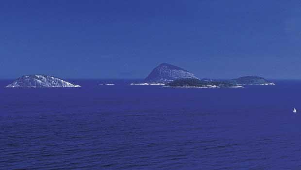 Escunas seguem até a ilha. Lá, é possível um banho de mar refrescante<br>