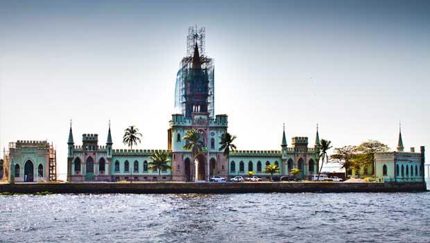 Barcos passam próximo à Ilha Fiscal, palco do último baile do Império<br>