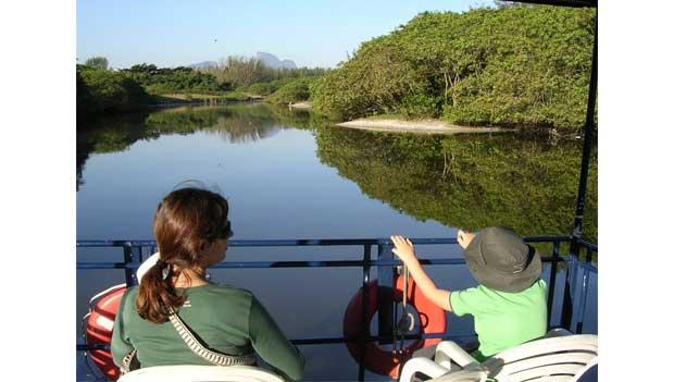 Região da Lagoa de Marapendi tem águas tranquilas e vegetação de mangue<br>
