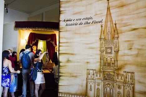 Visitantes conferem réplicas das roupas usadas por convidados da festa<br>