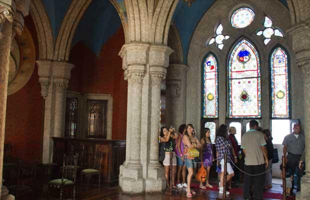 Dentro da construção gótica, ornamentos criam belo visual<br>