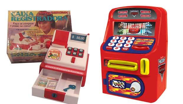 Para brincar com dinheiro, as crianças dos anos 80 usavam a Caixa Registradora da Glasslite, que vinha com dinheirinho de papel e fazia barulho ao abrir o caixa. Já as crianças modernas, podem fazer as transações no Caixa Eletrônico Cars que emite sons pa<br>