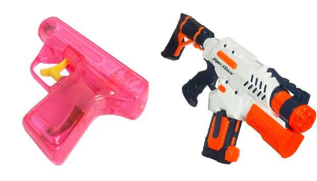 Até os anos 80, as guerras de pistola dágua eram precárias: a cada tiro, o soldado tinha que recarregar a arma em uma torneira e o jato não ia muito longe. Esse brinquedo clássico evoluiu, virou lançador dágua, com reservatório que possibilita mais tiro<br>