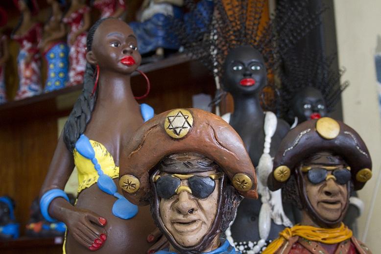 As mantas aveludadas de Caruaru, Pernambuco, são destaque na barraca, principalmente no inverno. A de poliéster sai por 38,90 reais e a de algodão, por 19,90 reais (casal). Há também esculturas e bonecas de argila pintadas à mão, com preços que variam ent<br>