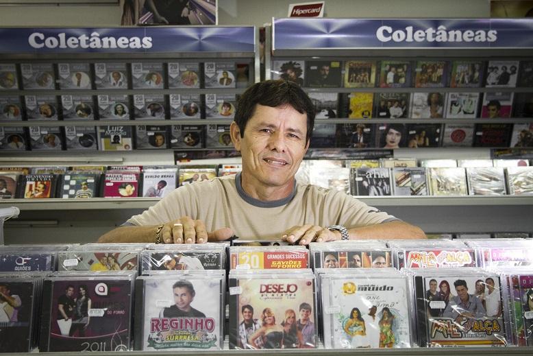 Para quem gosta de música, uma passada na loja do cearense Carlinhos é obrigatória. Localizada na avenida principal da Feira, ela dispõe em suas prateleiras desde Nirvana, AC/DC, Rihanna, Chris Brown e Justin Bieber até clássicos nordestinos e o que mais<br>