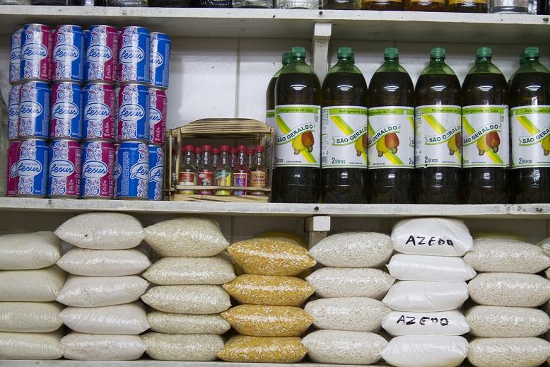 Entre outras delícias, um tipo de inhame chamado acará, além de camarão seco ou defumado, do Maranhão, para quem quiser se arriscar a cozinhar em casa. Entre os queijos, queijo manteiga (R$ 17,90 o quilo), da Bahia, também conhecido como requeijão (apesar<br>