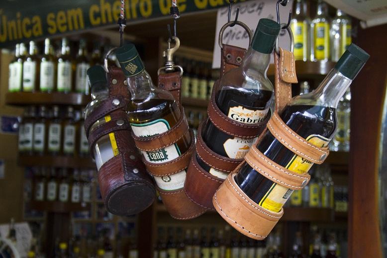 O alambique fica no Rio de Janeiro, em Barra de Guaratiba, mas o sabor da cachaça envelhecida em barris de carvalho por até 12 anos pegou entre os nordestinos e turistas na Feira. A bebida pode ser comprada em garrafa (de R$ 8,00 a R$ 20,00) ou por dose (<br>