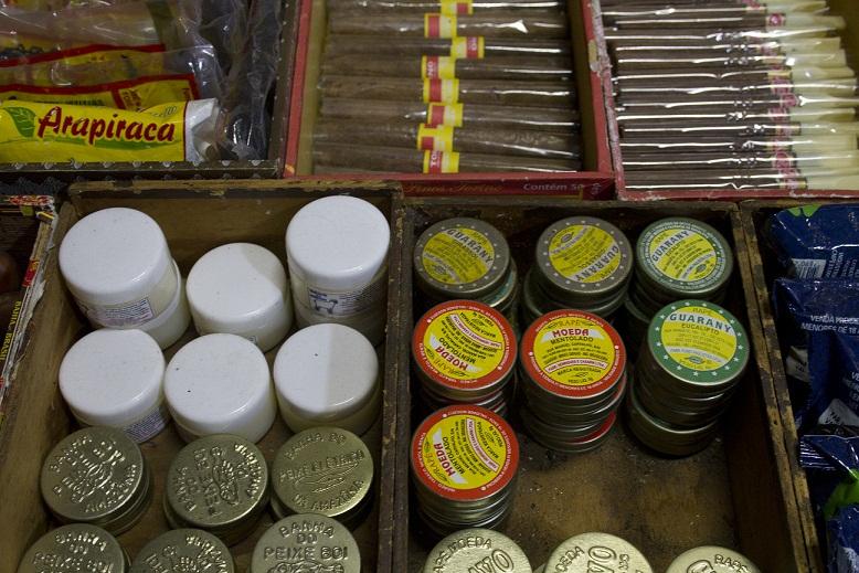 Onde mais seria possível encontrar o legítimo fumo de rolo e cigarros de palha senão na Feira de São Cristóvão? Muitos dos produtos da Tica vêm de Alagoas, mas tem também os charutos da Bahia (R$ 2,00) e cachimbo da Amazônia (de R$ 4,00 a R$ 5,00 conform<br>