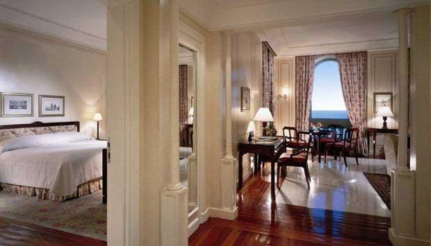 No hotel mais tradicional do Rio, o alto luxo é reservado ao sexto e último andar. Quem opta por uma de suas sete suítes tem à disposição tecidos franceses, tapetes orientais e até funcionários exclusivos que ajudam a desfazer e refazer a mala, organizam<br>