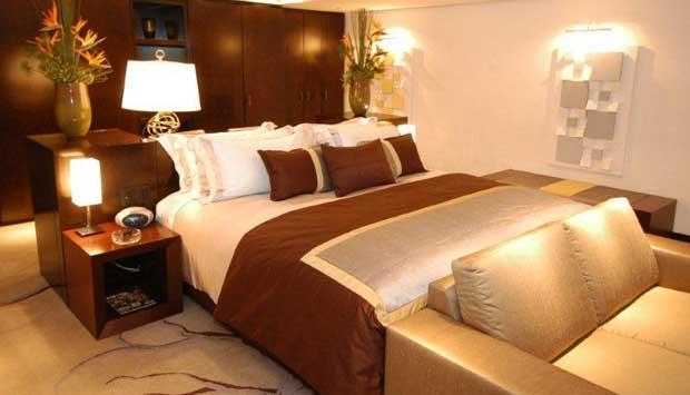 Com 220 metros quadrados e diária de 5.100, a Suíte Imperial é, na verdade, um apartamento. Composto por antessala, sala de estar, quarto de casal, quarto de solteiro, copa, cozinha e dois banheiros. A vista para a Praia de Copacabana e o Pão de Açúcar po<br>