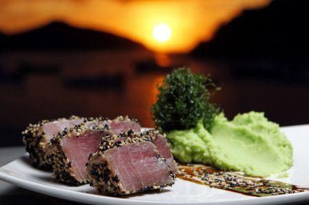Atum em crosta de gergelim com purê de wasabi e couve crocante.<br>
