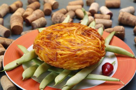 Batata rostie de filé mignon ao molho madeira com champignon e queijo cheddar.<br>
