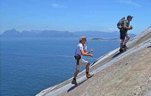 Pesquisadores escalam o paredão da Ilha Redonda em trabalho para mapear toda a fauna marinha e terrestre das ilhas<br>