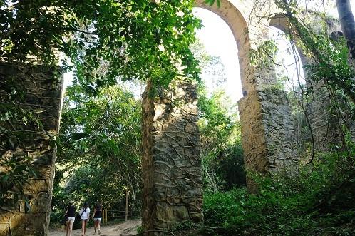 Construído no século XIX, servia para fornecer água aos viajantes que chegavam ao Brasil e ficavam de quarentena na ilha<br>