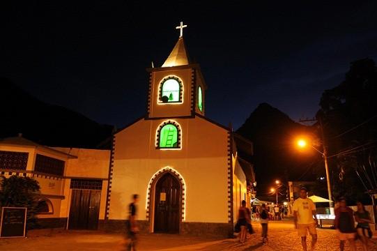 Construída há 150 anos em homenagem ao santo padroeiro da ilha, fica na praça central da Vila do Abraão<br>