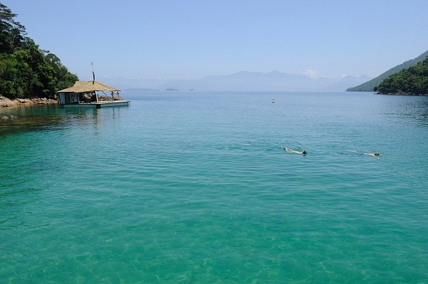 Para quem vai mergulhar, o ponto mais cristalino da lagoa é o canal formado entre a Ilha dos Macacos e a Ilha Grande<br>