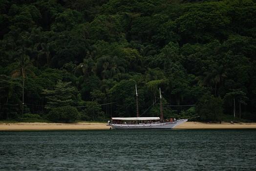 Outro ponto de águas tranquilas, recebe escunas com visitantes em busca da praia deserta e da mata atlântica<br>