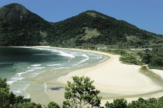 Emoldurada por riachos, abrigou até 1994 o presídio de Ilha Grande. Hoje um recanto tranquilo, tem 1 quilômetro de praia e manguezais preservados<br>