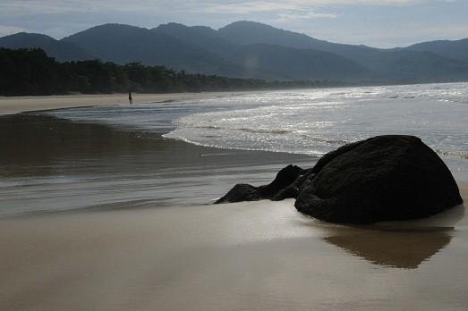 Paraíso dos surfistas, requer cuidado no banho de mar devido às fortes correntes. Durante ressacas mais fortes, as ondas atingem até quatro metros de altura<br>