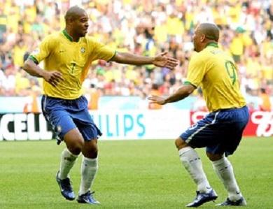Adriano deveria fazer com Ronaldo uma dupla de ataque mortal, acabou fazendo uma dupla mortinha