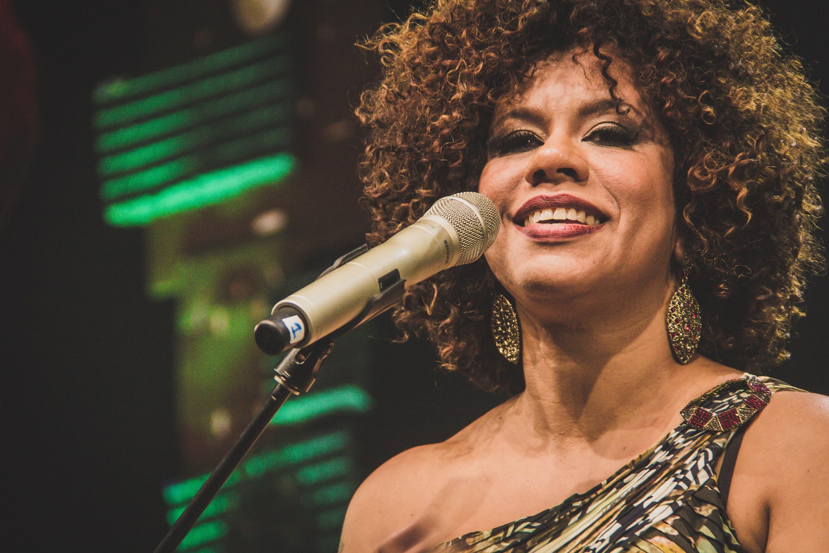Ana Costa no palco, sorrindo