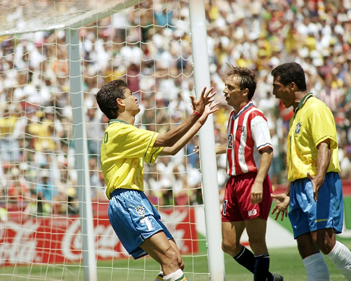 Bebeto recebeu um passe milimétrico de Romário, fez o gol da classificação e declarou seu amor ao companheiro de ataque